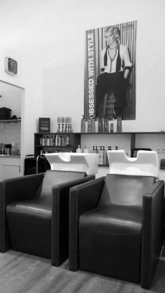 Moderner Salon mit schönem Ambiente.